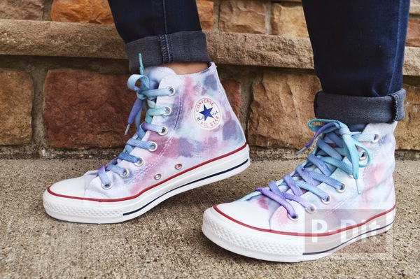 รองเท้าผ้าใบ ตกแต่งลายสวย ด้วยสีอะคริลิค