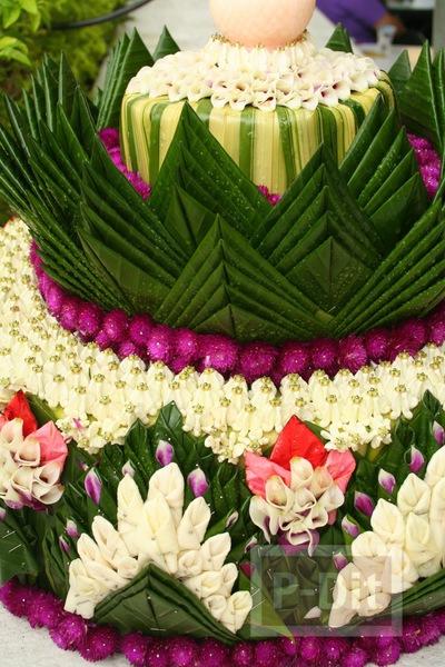 รูป 4 กระทงใบตองสวยๆ ประดับดอกไม้สีสดใส