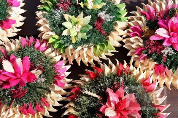 รูป 7 กระทงใบตองสวยๆ ประดับดอกไม้สีสดใส
