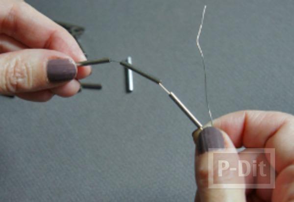 รูป 3 สร้อยข้อมือ ทำจากลวด และท่อเหล็กเล็กๆ