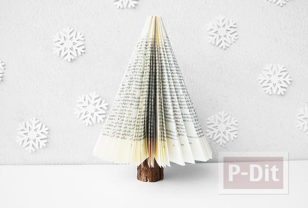 รูป 1 ต้นคริสต์มาส ทำจากหนังสือเก่าๆ