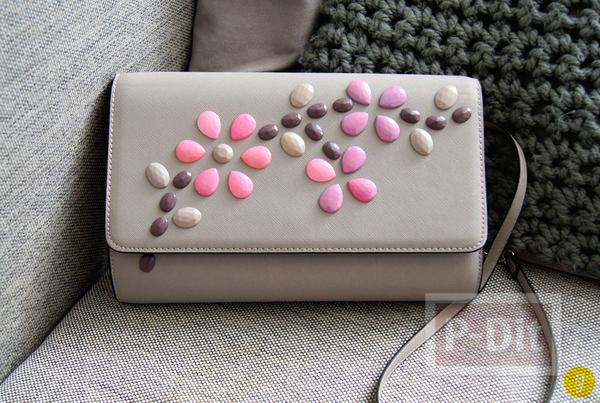 รูป 1 กระเป๋าถือสีเรียบ ประดับเม็ดคริสตัล ลายดอก