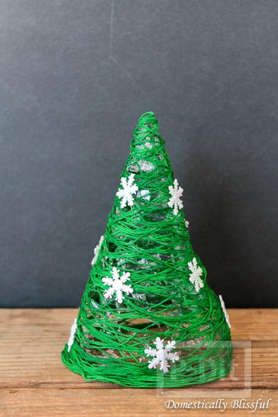 รูป 6 ต้นคริสต์มาส ทำจากเชือกสีเขียว ประดับเกล็ดหิมะปลอม
