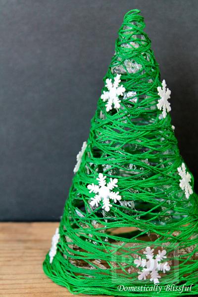 รูป 7 ต้นคริสต์มาส ทำจากเชือกสีเขียว ประดับเกล็ดหิมะปลอม