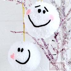 ของตกแต่งต้นคริสต์มาสสวยๆ ทำจากปอมๆสีขาว