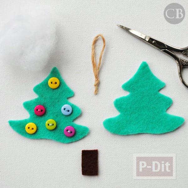 รูป 2 ต้นคริสต์มาสเล็กๆ ประดับจากกระดุม