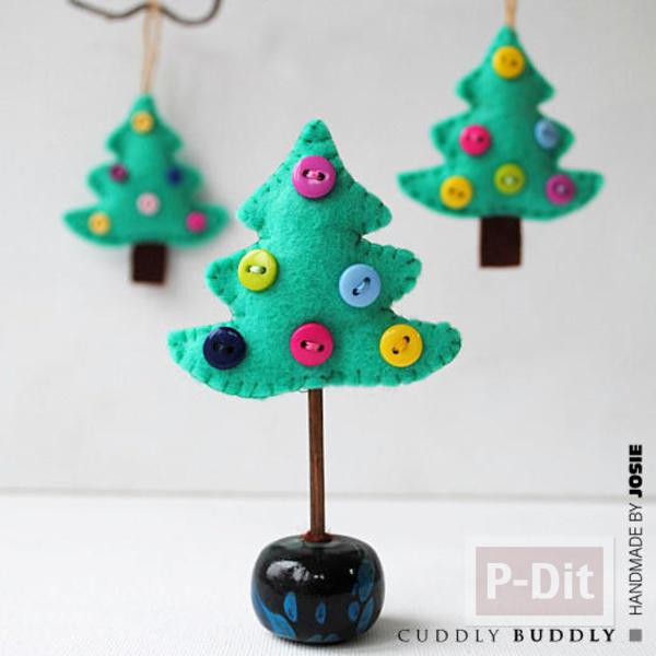 รูป 6 ต้นคริสต์มาสเล็กๆ ประดับจากกระดุม