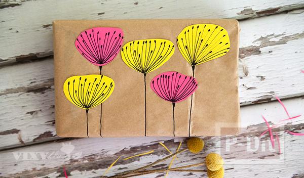 รูป 4 กล่องของขวัญ ห่อด้วยถุงกระดาษเก่าๆ และกระดาษสีสดใส