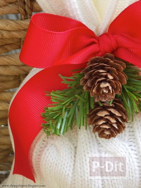 รูป 2 ถุงใส่ของขวัญคริสต์มาส ทำจากเสื้อหนาว ตัวเก่า