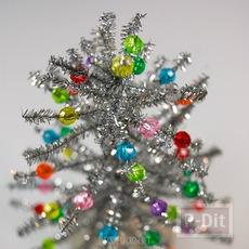 ต้นคริสต์มาส ต้นเล็กๆ ทำจากลวดสีสวย ประดับพู่