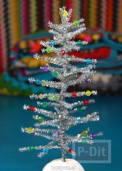 รูป 7 ต้นคริสต์มาส ต้นเล็กๆ ทำจากลวดสีสวย ประดับพู่