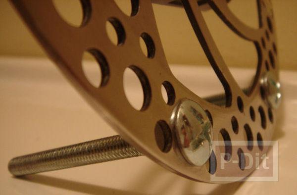 รูป 5 นาฬิกาตั้งโต๊ะ  ทำจากเบรกจักรยาน