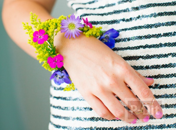 สร้อยข้อมือสวยๆ ทำจากดอกไม้สีสวย สดใส