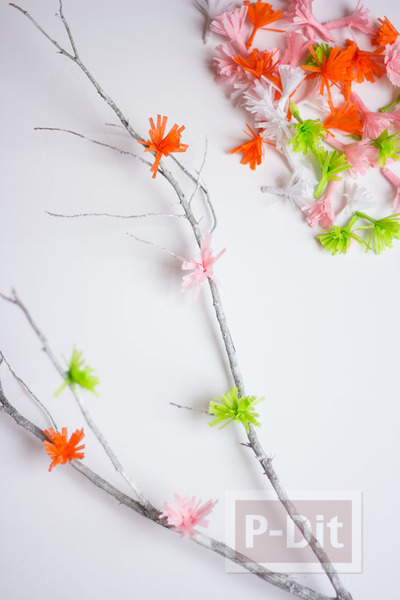 รูป 5 ดอกไม้กระดาษย่น ดอกเล็กๆ ประดับกิ่งไม้