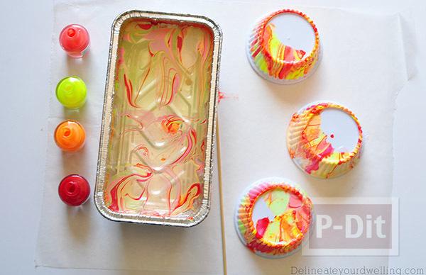 รูป 2 ถ้วยคัพเค้ก ตกแต่งลายสวยๆจากสีทาเล็บผสมน้ำ