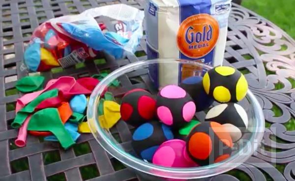 รูป 2 ลูกบอลนินจา ทำจากลูกโป่ง ใส่แป้ง