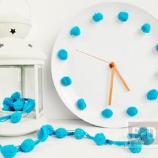 นาฬิกาติดผนังบ้าน ทำจากเก่าๆ ประดับปอมๆ
