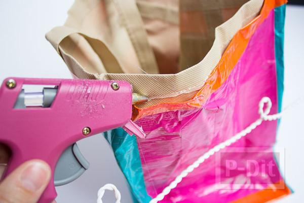 รูป 4 กระเป๋าสะพายเก่าๆ ตกแต่งสีใหม่ ด้วยสก็อตเทป