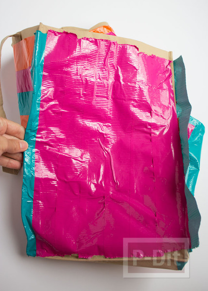 รูป 5 กระเป๋าสะพายเก่าๆ ตกแต่งสีใหม่ ด้วยสก็อตเทป