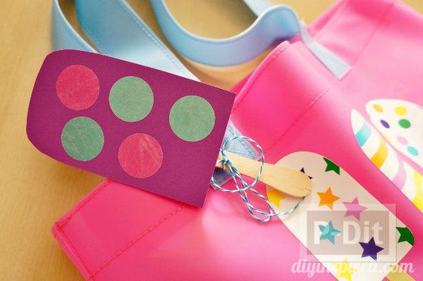 รูป 1 ที่ห้อยกระเป๋าสวยๆ ทำจากกระดาษสีสดใส