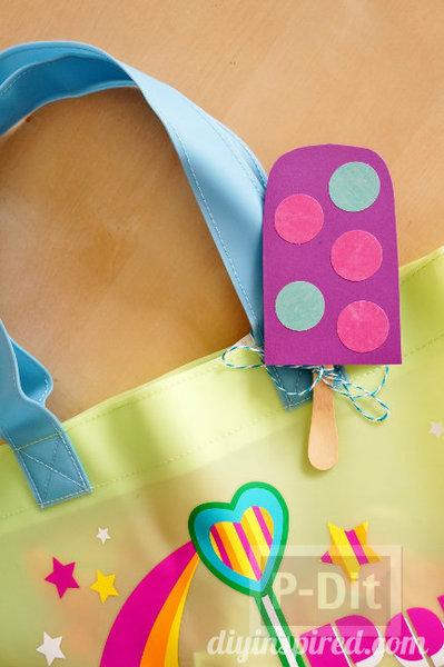 รูป 4 ที่ห้อยกระเป๋าสวยๆ ทำจากกระดาษสีสดใส