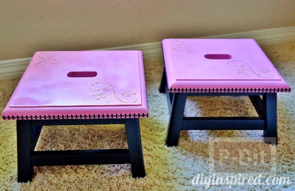 เก้าอี้เก่าๆ นำมาพ่นสีใหม่ ประดับคริสตัล เม็ดเล็กๆ