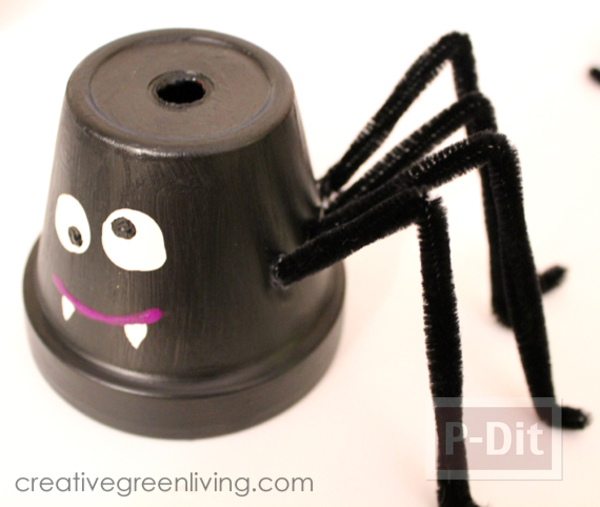รูป 7 ทำแมงมุม จากกระถาง ทาสีดำ