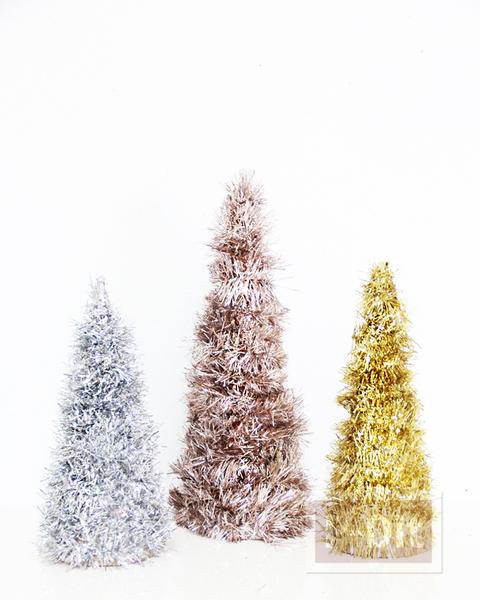 รูป 3 ต้นคริสต์มาส ประดับพู่สีสด พันรอบกรวย
