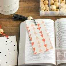 ทำที่คั่นหนังสือสวยๆ จากกระดาษแข็งและผ้าลายสวย