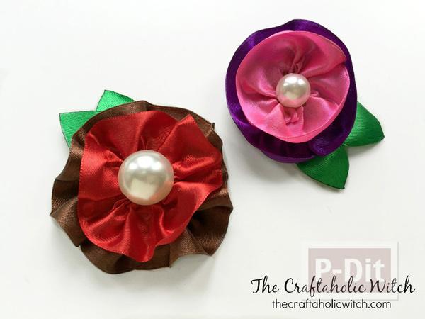 รูป 2 ดอกไม้ประดิษฐ์สวยๆ ทำจากริบบิ้นสีสดใส