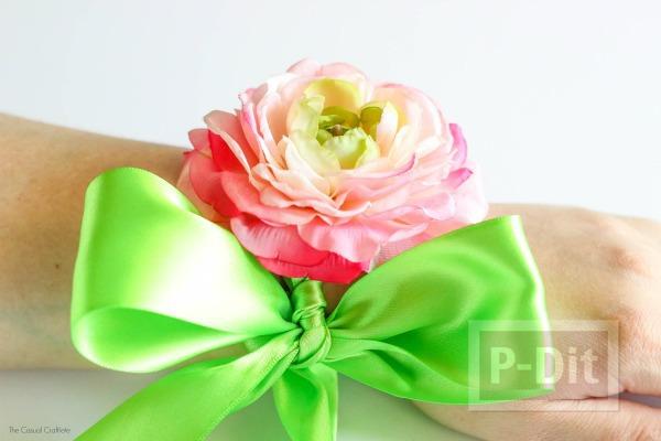 ดอกไม้ติดข้อมือสวยๆ ทำจากดอกไม้พลาสติก