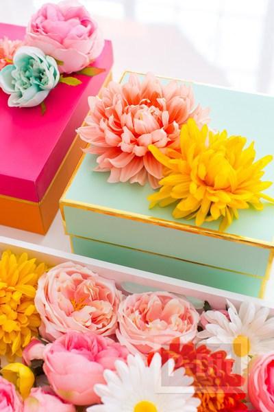 ประดับกล่องขวัญสวยๆ ด้วยดอกไม้ปลอม