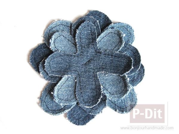 รูป 3 ดอกไม้ผ้า ซ้อนทับเป็นชั้นๆ ติดกระดุมเป็นเกสร