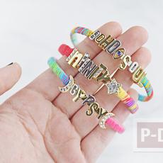 กำไลข้อมือ ประดับตัวอักษร ร้อยเชือกสีสด