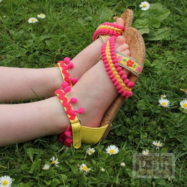 รูป 7 รองเท้ารัดส้น ประดับปอมๆ สีสด น่ารักๆ