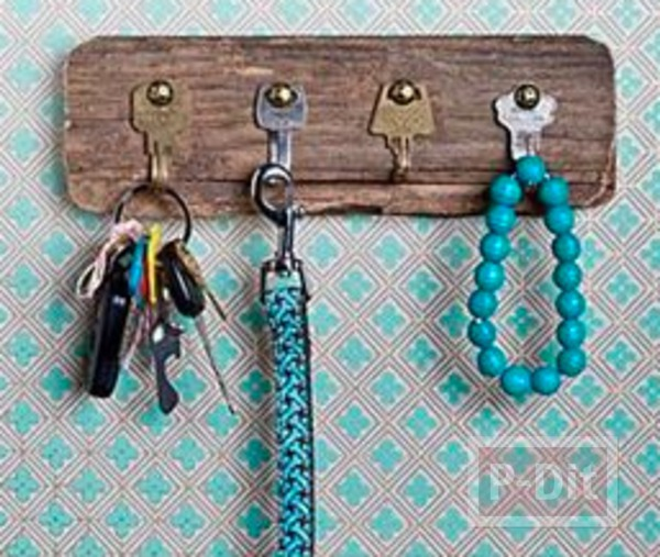 รูป 1 ทำที่แขวนพวงกุญแจ จากกุญแจเก่าๆ ติดแผ่นไม้