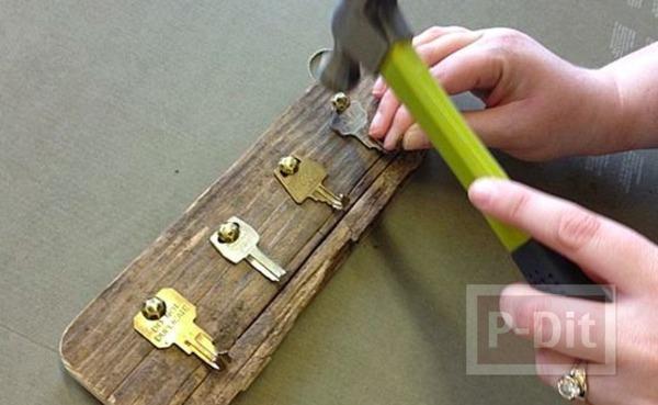 รูป 4 ทำที่แขวนพวงกุญแจ จากกุญแจเก่าๆ ติดแผ่นไม้