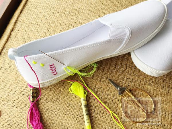 รูป 2 ตกแต่งรองเท้าผ้าสีขาว ปักลายสวย