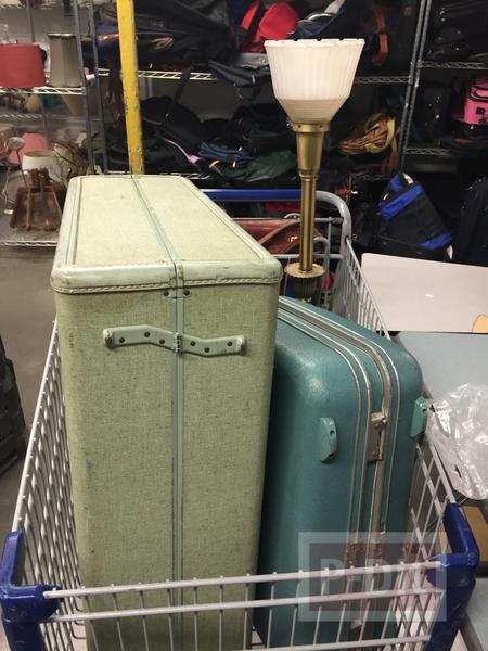 รูป 2 กระเป๋าเดินทางใบเก่า ทาสีใหม่ สดใส น่าใช้