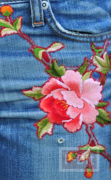 รูป 6 กางเกงยีนส์ ปักลายดอกไม้ จากเสื้อเก่าๆ