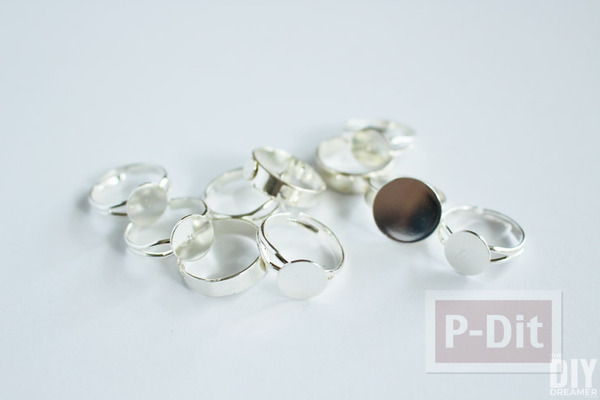 รูป 2 แหวนดอกกุหลาบ ทำจากดอกไม้พลาสติก