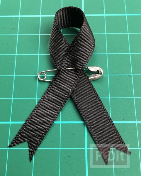 รูป 7 วิธีทำโบว์สีดำ ที่แขนเสื้อ แบบง่ายๆ