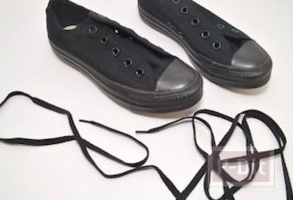 รูป 3 ระบายสีรองเท้าผ้าใบ ด้วยสีทาเล็บ