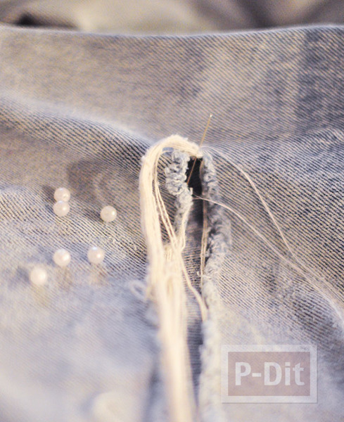 รูป 3 ตกแต่งกางเกงยีนส์ ร้อยเม็ดมุก ตรงรอยขาด