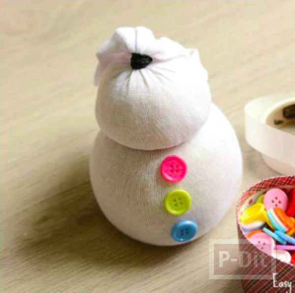 รูป 2 ตุ๊กตาหิมะ ทำจากถุงเท้า ติดกระดุม ผูกโบว์ น่ารักๆ