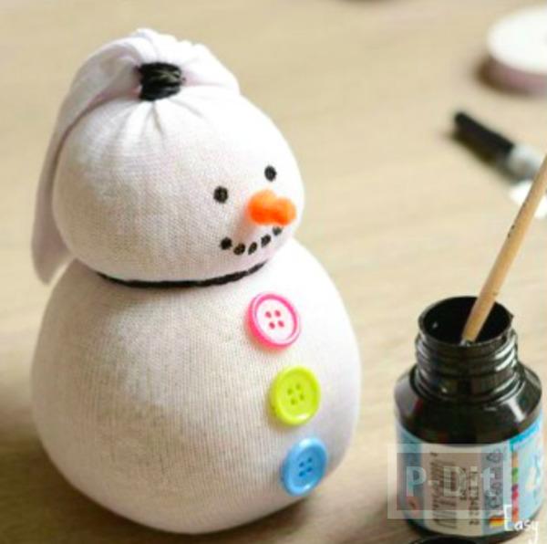 รูป 3 ตุ๊กตาหิมะ ทำจากถุงเท้า ติดกระดุม ผูกโบว์ น่ารักๆ