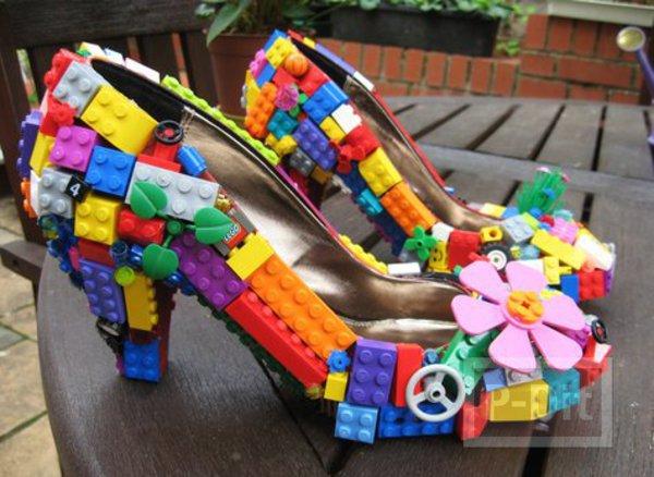 รูป 2 ไอเดียตกแต่งรองเท้าส้นสูง ติดชิ้นส่วนเลโล้ สีสด