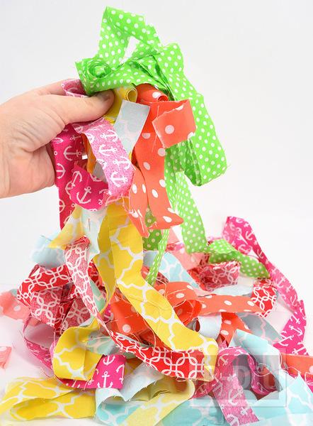 รูป 2 ทำเชือก จากเศษผ้า สีสด