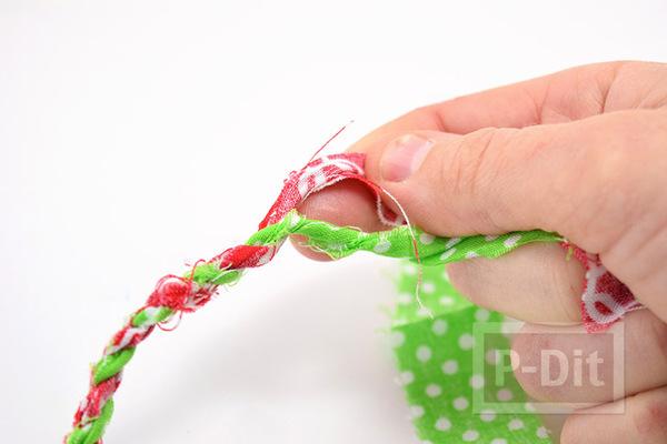 รูป 5 ทำเชือก จากเศษผ้า สีสด