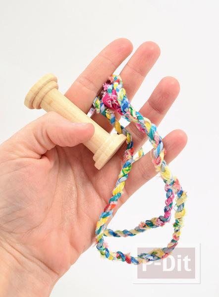 รูป 7 ทำเชือก จากเศษผ้า สีสด